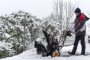 Akku Schneefräse in Benutzung
