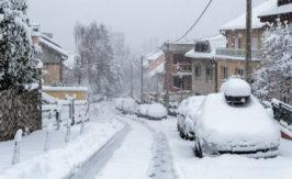 mit-schnee-und-eis-bedeckte-autos