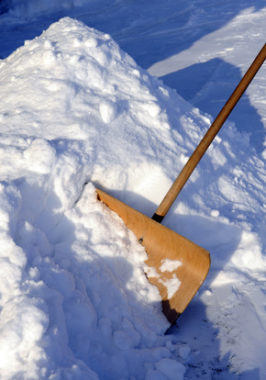 schneeschaufel-im-winter